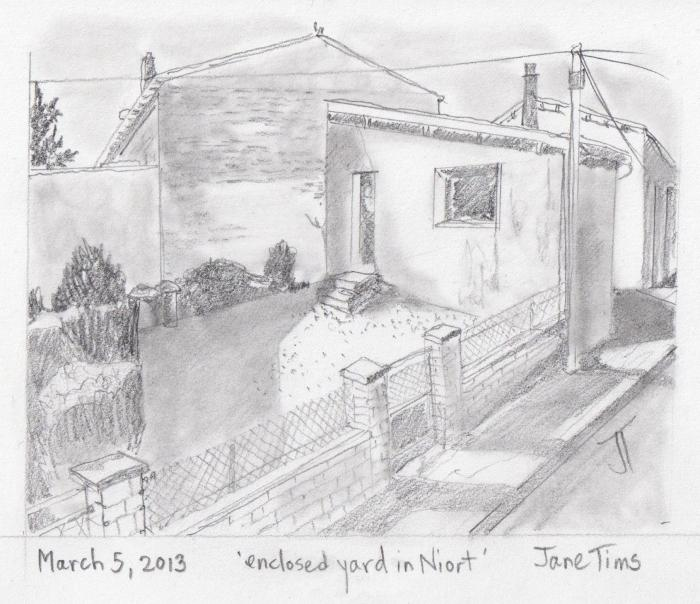 'enclosed yard in Niort'